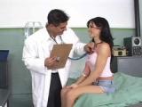 Sexy černovláska si zašuká s doktorem při prohlídce