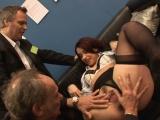 Kolegové z kanclu společně zmrdají sekretářku