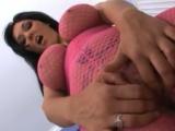 Prsatá čubka v růžovém