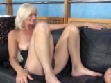 Starší paní roztáhne nohy před kamerou – české porno