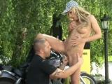 Motorkář přefiknul sexy hostesku