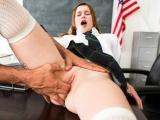 Studentka musela být povolná pro nadrženého školníka