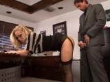 Poslušná sekretářka se ohne pro šéfa