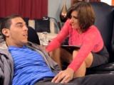 Starší terapeutka si užívá s mladým pacientem