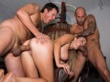 Mladá prsatice dá zaprcat dvěma nadrženým chlapům