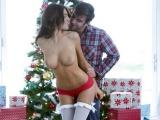 Mladý pár si užije vášnivý sex mezi dárky