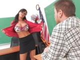 Nadržená paní učitelka Lisa Ann potrestá svého žáka