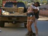 Kovboj unese a znásilní sexy farmářku
