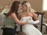 Vzrušená ženská svedla synovu něvěstu v den obřadu