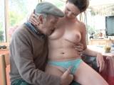 Starý dědek si užije s mladší ženskou