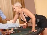Po partičce pokeru si pohráli se zralou paničkou