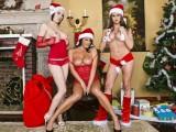 Santa a jeho pomocník ojedou tři čubky