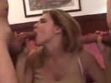 Prsatá mamina dostává naloženo od dvou chlápků