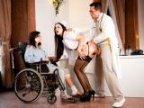 Zdravotní sestřička, doktor a pacientka si společně zaprcají