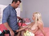 Chlap ojede prsatou kamarádku své dcery