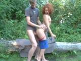 Mladá dvojice si zapíchá venku v přírodě