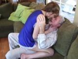 Půvabná roztleskávačka dostane chuť na staršího muže
