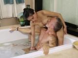 Na bolavé tělo je nejlepší nuru masáž