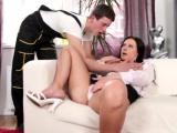 Sexy panička svede ve svém bytě zajíčka
