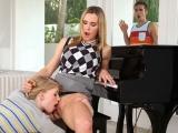 Výuka hry na klavír se zvrhne v sex ve třech