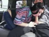 V jedoucím autě se štíhlou holkou z ulice