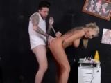 Mrdání blondýnky v tetovacím salonu