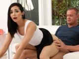 Osmnáctiletá dívka to dělá s nevlastním otcem