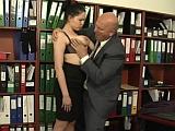 Nemravný starý šéf zneužívá svou prsatou sekretářku