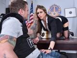 Nadržená policejní vyšetřovatelka šoustá v kanceláři