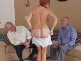 Důchodci si užijí s mladou kundičkou