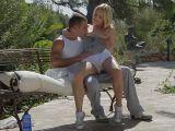 Dvojice si užije venku na lavičce