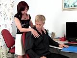 Starší ženská šoustá s mladíkem v kanclu – české porno