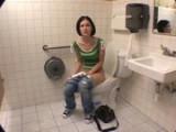 Šéf potrestá podřízenou za kouření na záchodcích