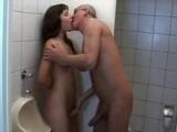 Starý dědek opíchal na záchodech mladou holku
