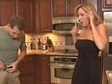 Kluk ošuká zhypnotizovanou maminu