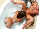Sheena Shaw a Presley Hart si hrajou ve vaně