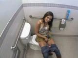 Šmírák si na záchodcích zašuká s nádhernou brunetkou