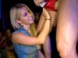 Rozdováděné opilé ženy si to rozdávaj se striptérem