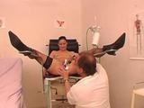 Perverzní gynekolog prohlédne a ošuká pacientku