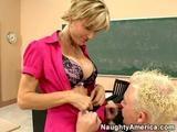 Nadržená učitelka Cameron souloží se studentem