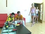 Dvě osmnáctky šukaj na oslavě narozenin – české porno