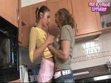 Zralá česká máma experimentuje s mladou lesbičkou