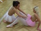 Mladé české baletky se spolu lesbí