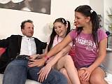 Učitel doučuje dvě nažhavené osmnáctileté školačky