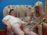 Mladá hubená blondýnka zneužije kluka své ségry