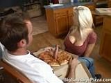 Velkou pizzu s klobásou navíc, prosím – Michelle