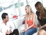 Mladá blondýnka se přidala do trojky k manželskému páru