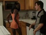 Divka černá jak noc šuká v kuchyni