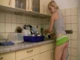 Blonďatá amatérka si zašuká během mytí nádobí