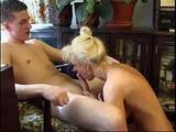 Mrduchtivá máma šuká s nevlastním synem – české porno